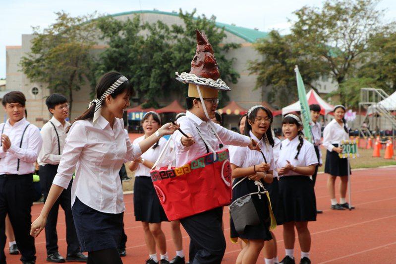 台中市大甲高中昨舉辦80周年校慶活動,學生創意上場。圖/大甲高中提供昨
