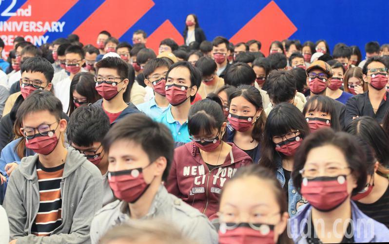台大校長管中閔上午出席校慶典禮,致詞時強調學生是台大最重要資產,一個都不能少,台下的學生們戴著口罩聆聽。記者潘俊宏/攝影