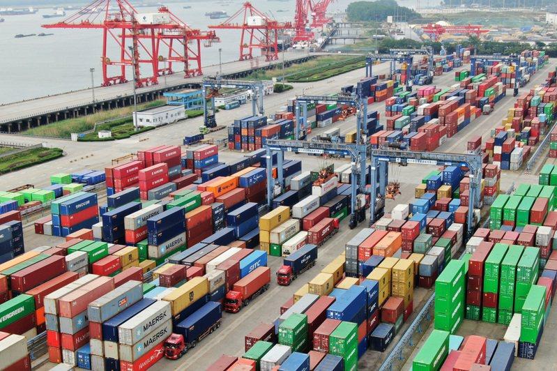 依據WTO統計,目前各國平均關稅約4.8%,預期在RCEP生效後降至零關稅。圖為南京龍潭港區集裝箱碼頭。中新社