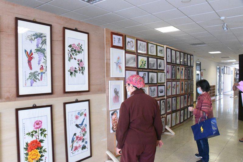 台東縣長青學苑暨勞工大學聯合成果發表會,有31組靜態作品展出。圖/台東大學提供