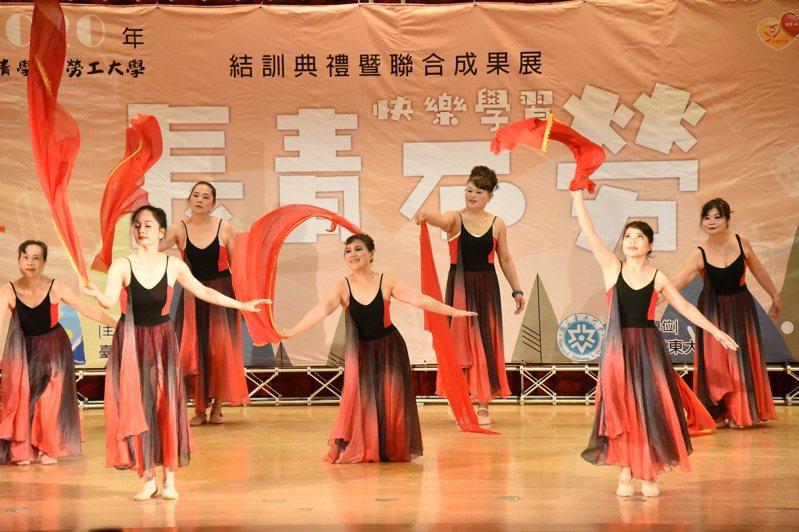 台東縣長青學苑暨勞工大學聯合成果發表會有22組動態表演。圖/台東大學提供