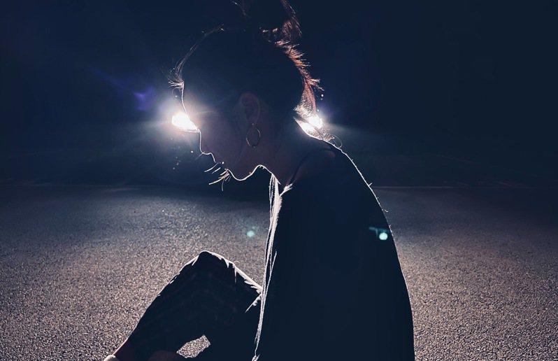 在主鏡頭夜間模式下,逆光拍攝人物的輪廓、髮絲都很細膩。圖/陳顗文提供