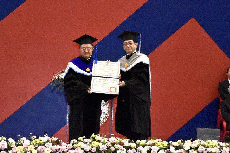 台大今舉行92周年校慶,校長管中閔(右)頒發名譽博士給台達電創辦人鄭崇華(左)。圖/台灣大學提供