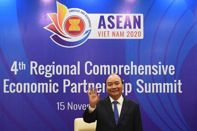 越南總理阮春福在河內舉行的東協峰會場邊,主持RCEP簽署儀式。法新社