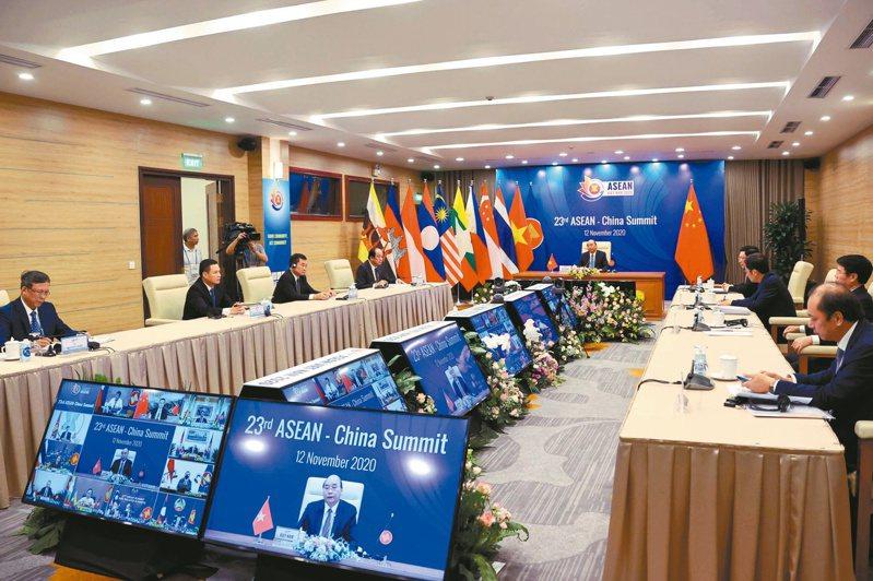 RCEP最早由東南亞國協發起,第37屆東協峰會12日於越南河內開幕,此次峰會最大亮點是RCEP將在15日閉幕會前簽署。路透