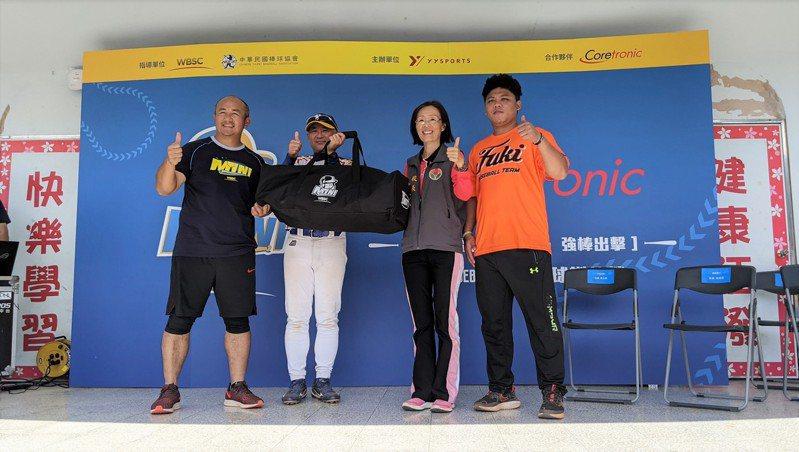中強光電吳上炫協理(左二)代表公司捐贈迷你棒球全套球具予福基國小。圖/中光電提供