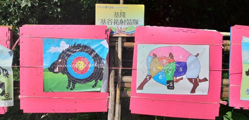 原住民傳統射箭有山豬圖案箭靶(右),射中豬頭中央部位10分,豬腳就只有1分,增加競技趣味。記者邱瑞杰/攝影