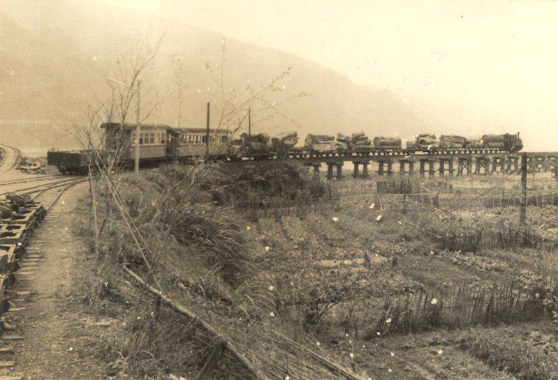 從土場車站發車的太平山森鐵。土場國小校友會提供。