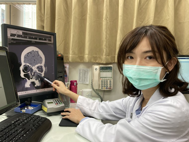 衛福部南投醫院放射腫瘤科陳韻之指出影像檢查可看出患者左側鼻腔有6公分腫瘤。圖/南...