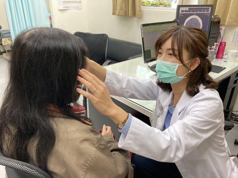 衛福部南投醫院放射腫瘤科陳韻之醫師看診示意圖。圖/南投醫院提供