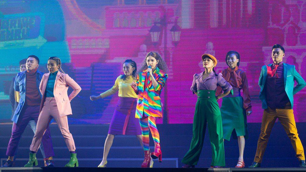 Ella(中)穿著彩虹西裝,唱跳新歌「娛樂無限公司」。記者季相儒/攝影