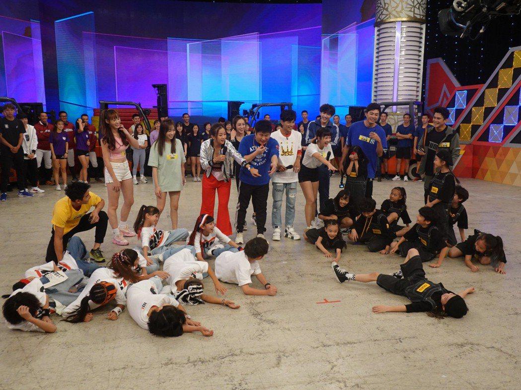 小舞者們集體綜藝摔。圖/民視提供