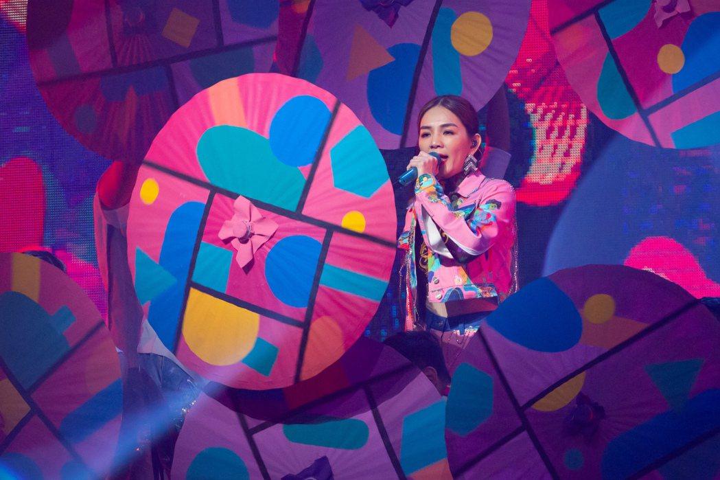 出道19年的Ella(陳嘉樺)在台北流行音樂中心一連兩天舉辦大型巡演艾拉秀,量身...