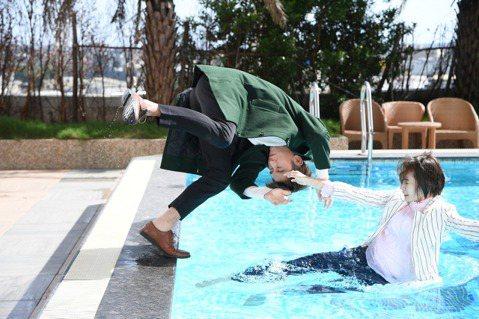 李亦捷在三立、華視「廢財闖天關」中飾演有吸禍體質的「十世衰女」,劇中衰事不斷,走路跌倒、鞋跟斷掉已經是平常事,更慘摔進泳池,還拖李國毅「下水」。李亦捷小時候因溺過水,讓她對下水有陰影,這次拍落水戲,...