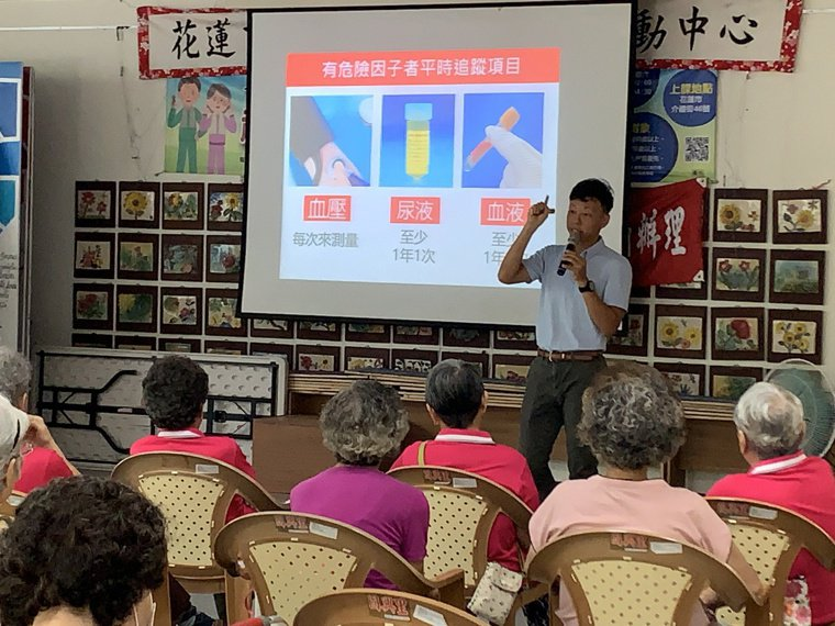 花蓮門諾醫院腎臟科醫師李坤峰常到社區衛教,提醒掌握「5控3避」為腎臟健康加分。圖...