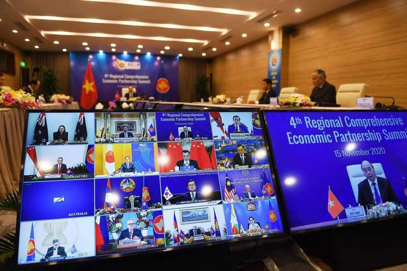 東協峰會十五日舉行第四次RCEP領導人會議,越南總理阮春福(螢幕右)在會上向其他領導人發表談話。(法新社)