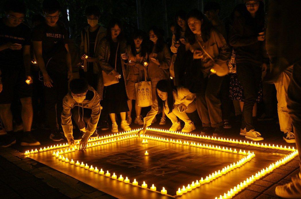 台大學生會日前在校園內舉行燭光晚會。 圖/聯合報系資料照