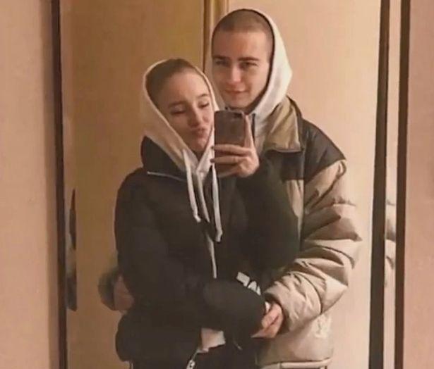 即將要舉辦婚禮的俄羅斯年輕情侶,日前手牽手過馬路時,被迎面而來的酒醉汽車駕駛撞上,並拖行200多公尺。圖/取自mirror