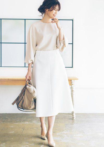 以「軸色」之一的米色為基底,再用白色增添柔美感。與初次見面的人見面時,就讓具潔淨...