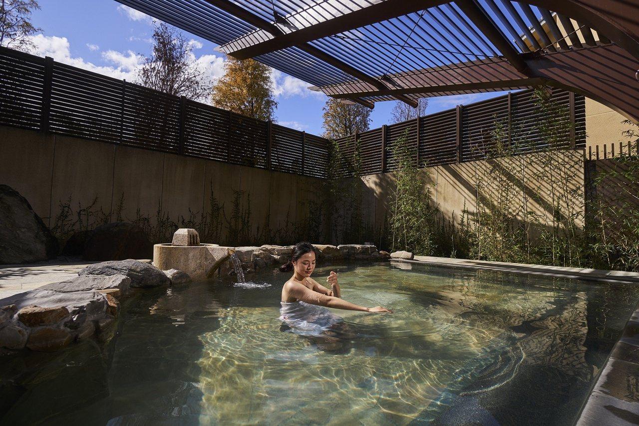宜蘭力麗威斯汀渡假酒店落在百年歷史的員山溫泉井源頭,在房間就能享受到溫泉水。 圖...