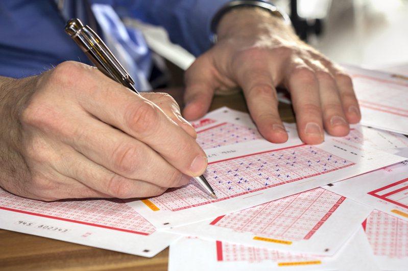 澳洲一男子日前趁着亡父生忌買彩券,更用亡父生前的電話號碼選擇數字,結果幸運的中頭獎。圖片來源/ingimage
