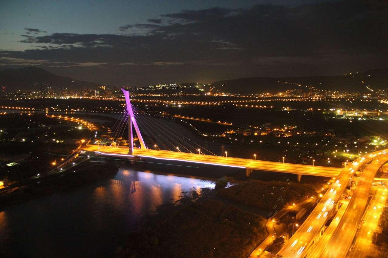 社子大橋每天會有不同顏色的單一燈光,但節慶時就會轉為彩色。  圖/台北市新工處...