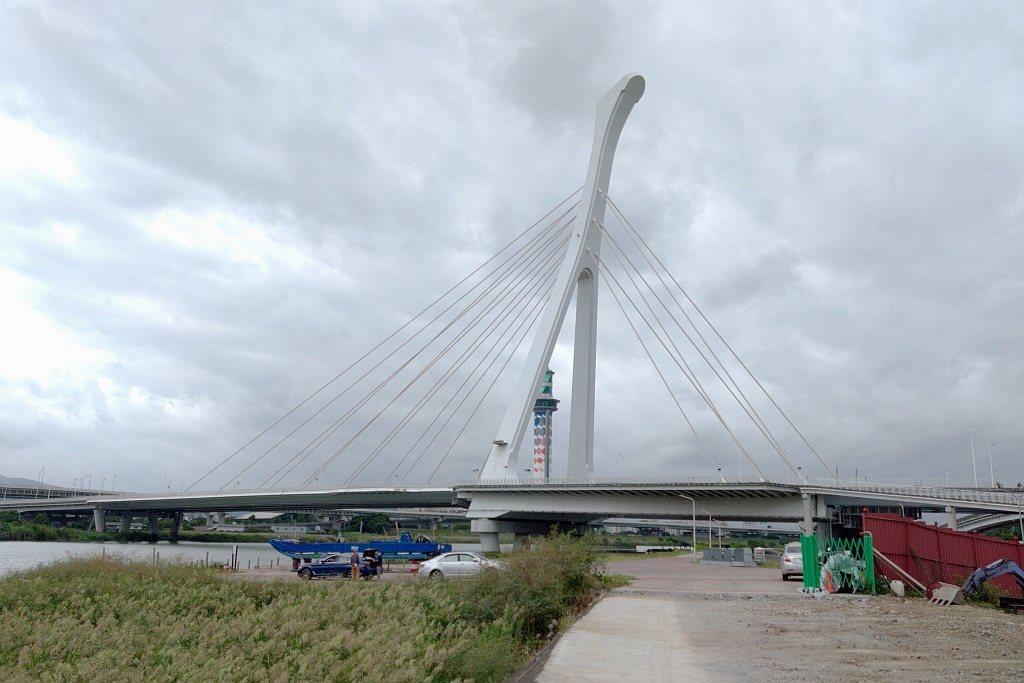 台灣第一座平衡式斜張橋設計的社子大橋,近年成為許多車廠廣告拍攝的取景點。 圖/張...