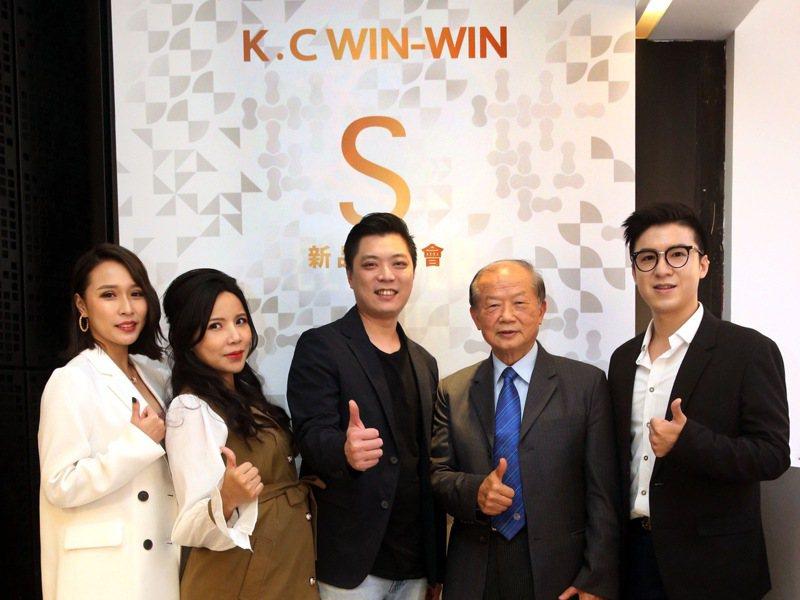 營養師黃韋堯(右起)、營養學之父謝明哲教授、億元資本創辦人蔡涵任等人,出席「優減442飲食法」發表會。記者林俊良/攝影