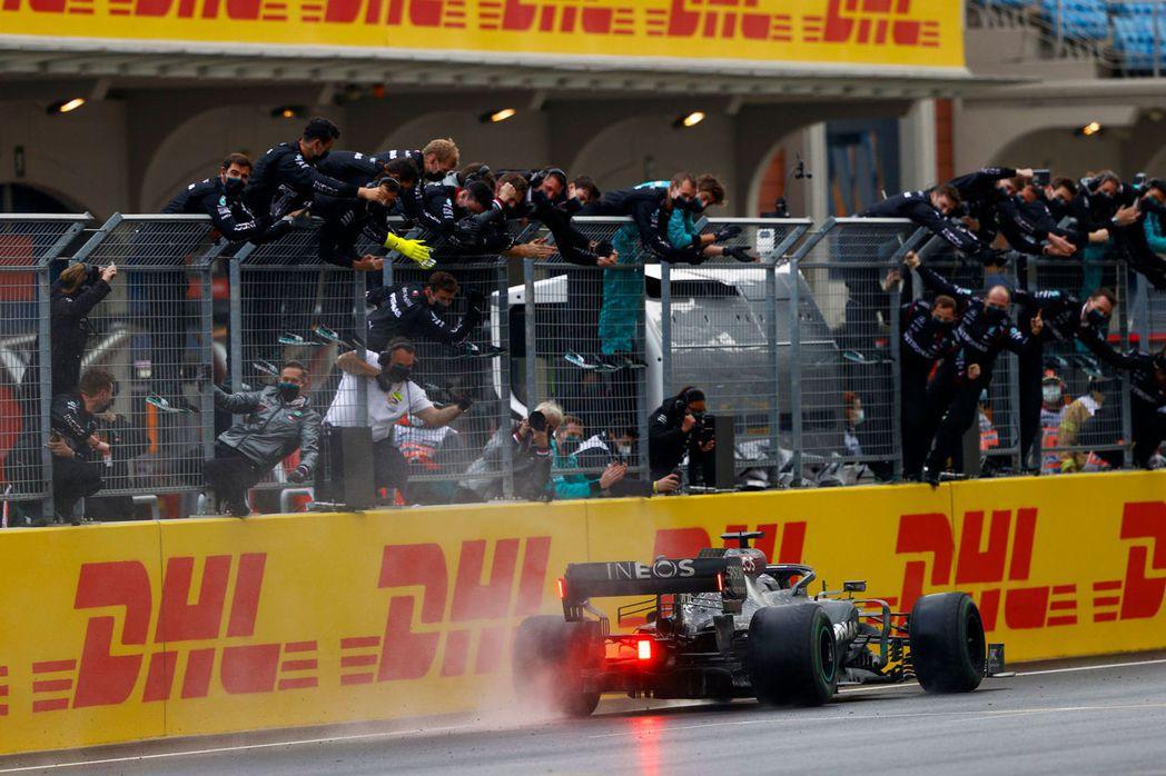Hamilton衝線與工作人員一同慶賀奪冠。 摘自F1
