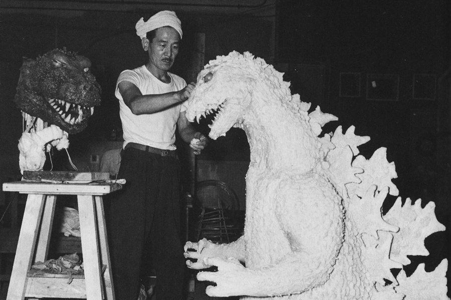 戰後圓谷英二特攝的名聲並非來自戰爭電影,而是怪獸電影。圖為哥吉拉模型製作。 圖/IMDb