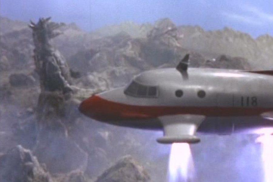 小學時代的圓谷英二便熱衷做飛機模型。圖為其在《超人力霸王》的飛機特攝場面。 圖/IMDb