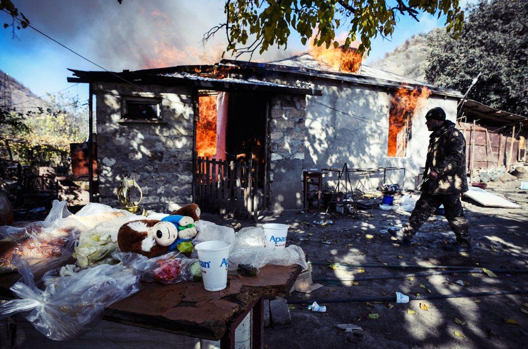 「我寧可自毀家園,也不要被困在故鄉,變成亡國奴!」在亞美尼亞正規軍的撤退路線上,...