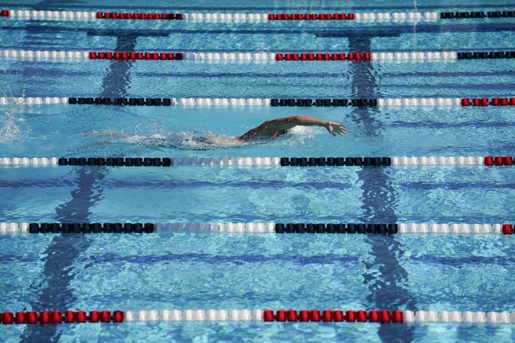 台灣從十多年前就已經把游泳列為畢業門檻,但考核標準卻是很制式的泳姿與距離要求,而沒什麼真正發生意外時派得上用場的技能。 圖/美聯社