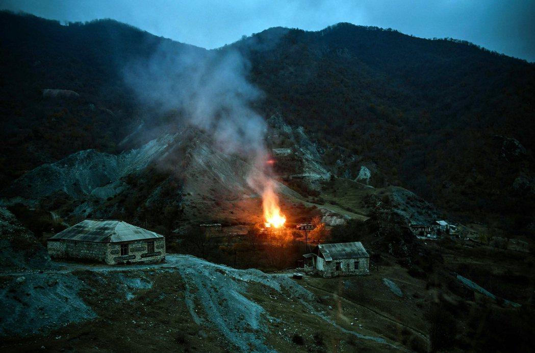 一部份人則忙於燒毀祖厝與良田、作最後的焦土戰術,「就算故鄉被奪走,也絕不給亞塞拜...