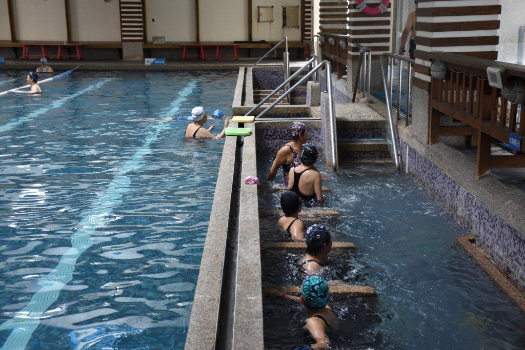 近年常見的如三溫暖SPA、蒸氣室烤箱、兒童戲水區等,許多學校游泳池都為了吸引泳客,增設這些設施。 圖/聯合報系資料照