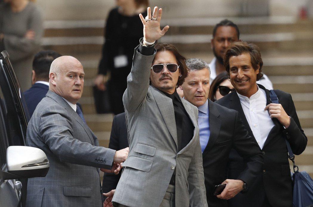 圖為強尼戴普在法院前向群眾揮手。 圖/美聯社