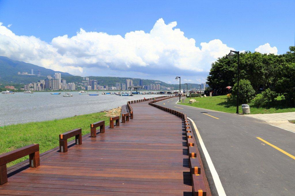 有PTT網友疑惑地表示,新北八里「過橋就到天龍國」,穿過隧道就能上國道,為何房市...