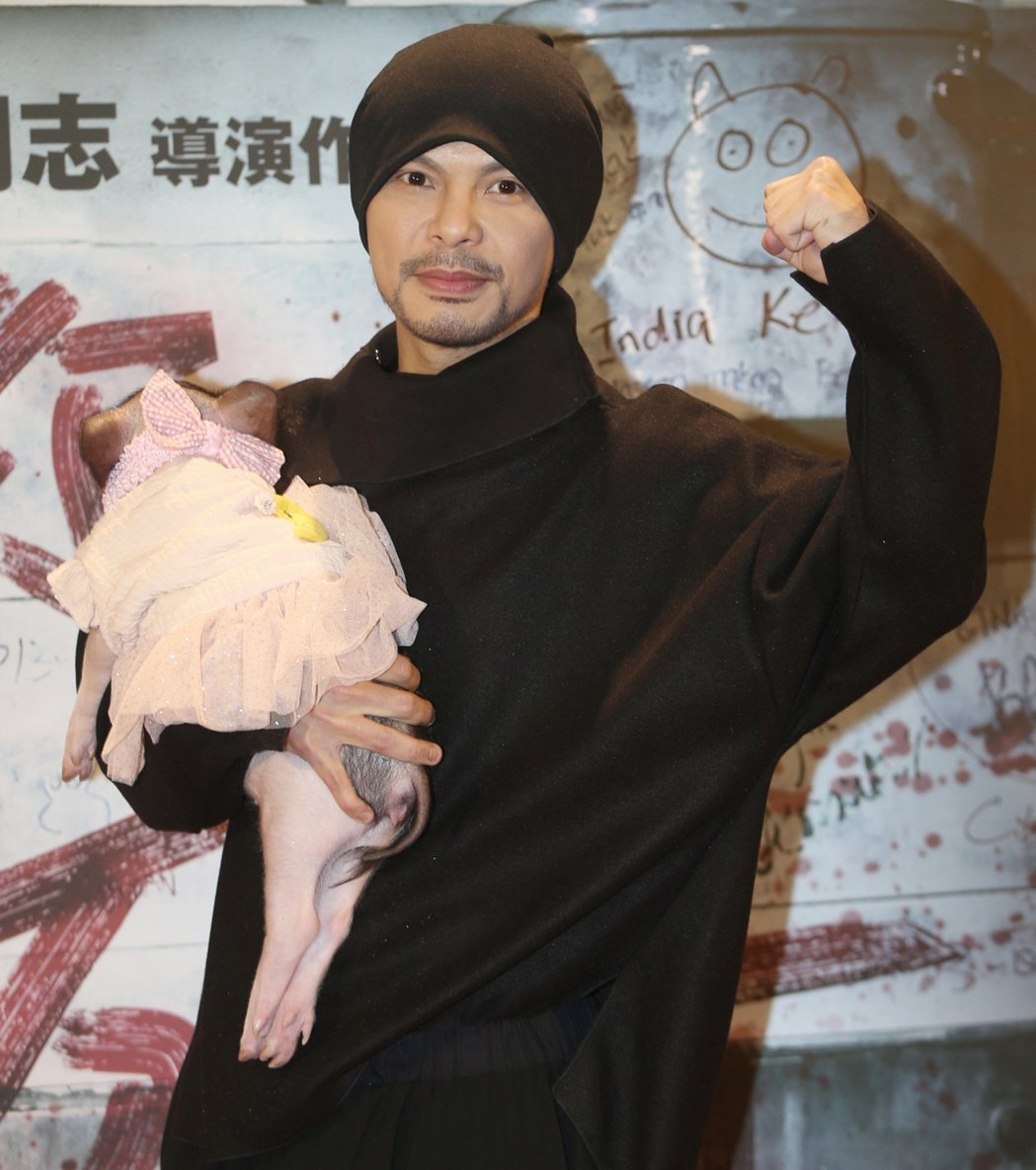 黃明志抱著小豬出席最新執導電影「你是豬」首映會。記者侯永全/攝影