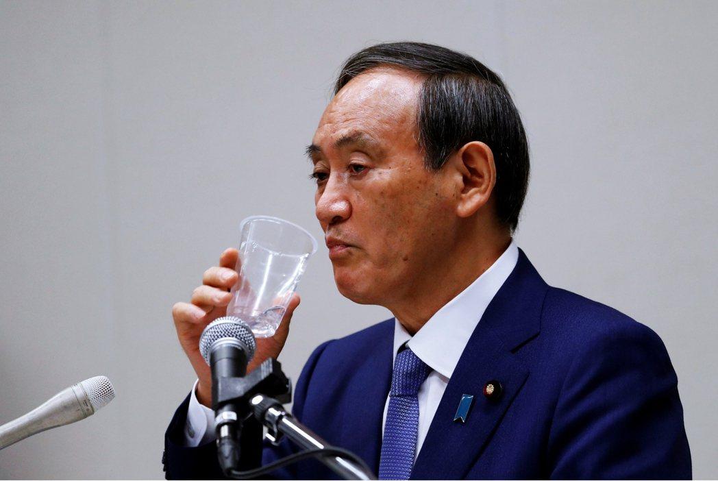 菅義偉到訪過福島核一廠,當東電人員拿出已淨化處理過的污染水時,菅義偉還詢問:「這...