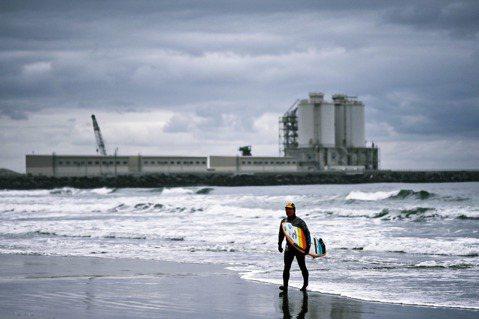 圖為福島縣南相馬市的原町火力發電廠,其周邊海域仍是受到福島核災影響的範圍,近年來...