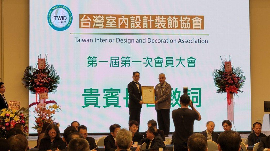 桃園副市長高安邦(右一)為首任理事長宋瀚霖(左一)授證。 協會/提供