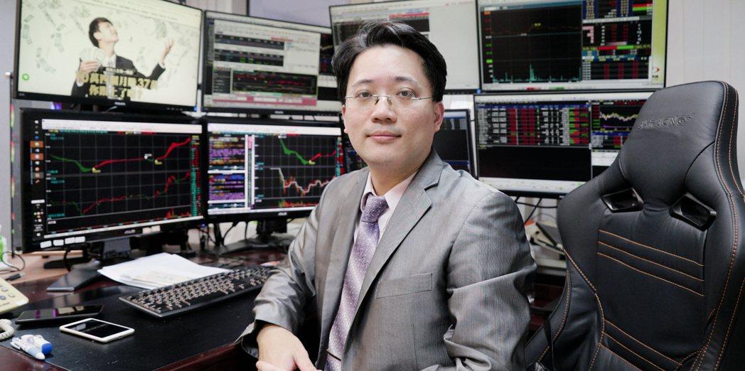 頂著交大電機博士學位及證券期貨雙分析師執照的麥克老師已從事金融分析產業十多年,當...