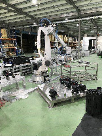 第二站組裝線B,柯馬機器人NJ220將跑步機馬達、大型傳動部件搬運及組裝至跑步機...