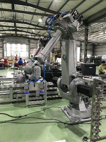 第二站組裝線A,柯馬機器人NJ220將鍊條等重型物件搬運及組裝至跑步機上。鐠羅機...