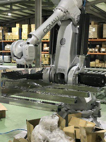 第四站瑪垛搬運,柯馬機器人NJ650將組裝完成品搬運至棧板上準備出貨。鐠羅機械/...