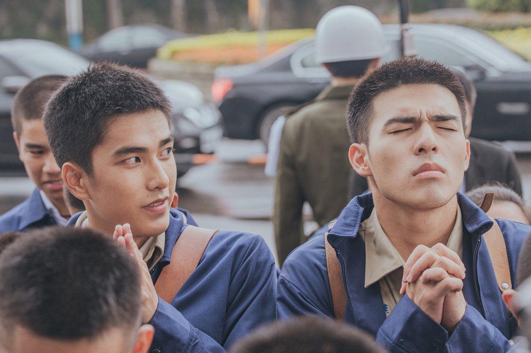曾敬驊(左)與陳昊森(右)演出電影「刻在你心底的名字」,兩人片中除了靠台詞傳遞情