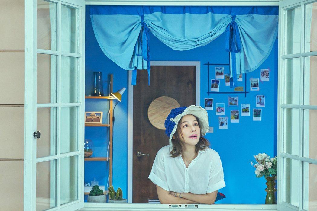 徐若瑄在短劇「故事宮寓」中飾演國寶級文物、明代沈周的「廬山高」,化身一名被困在家...