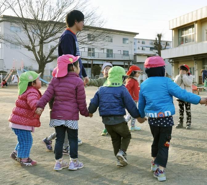 男性幼保工作人員長期以來遭到歧視和偏見。(Photo from KYODO)