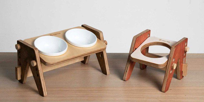 「Hoja, Hoja可調式寵物餐桌」是第二款募資設計商品,可調節碗架高低及角度,結合「重視實用」及「簡約美感」的Mid-Century Modern設計,加入客製元素,能自由搭配餐桌零件的顏色。(圖片提供/硬印HardPrint)