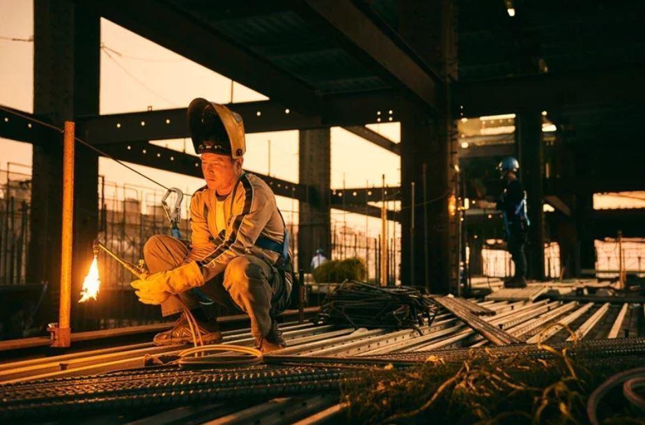 演員李銘順在影集「做工的人」中飾演鐵工,首次演出藍領工人。 圖/大慕影藝提供